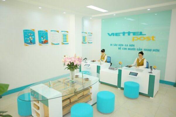 Viettel Post tiếp nhận bưu phẩm qua cửa hàng Viettel